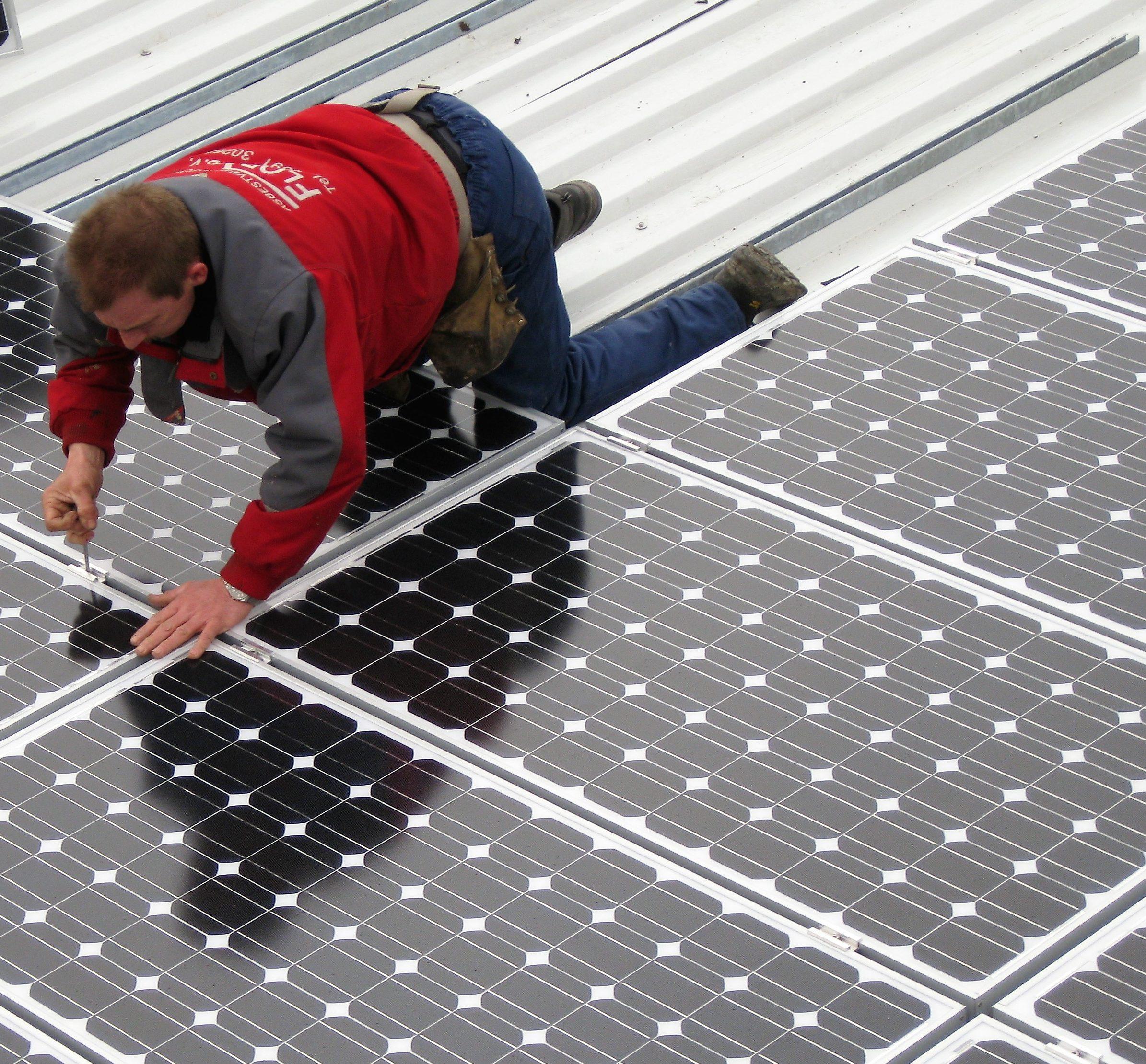 Aanbrengen zonnepanelen op boeren schuur