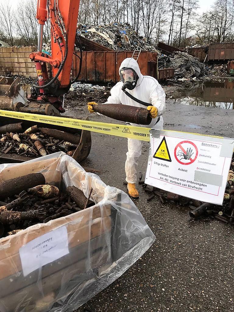 Asbestsanering tussen niet gesprongen explosieven